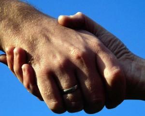 poignée de mains (mure semble tirer plus jeune)