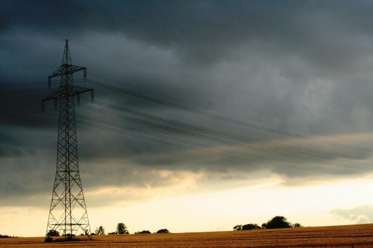 pylône électrique ciel d'orage